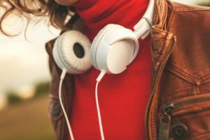 Woman with headphiones listenig to music.